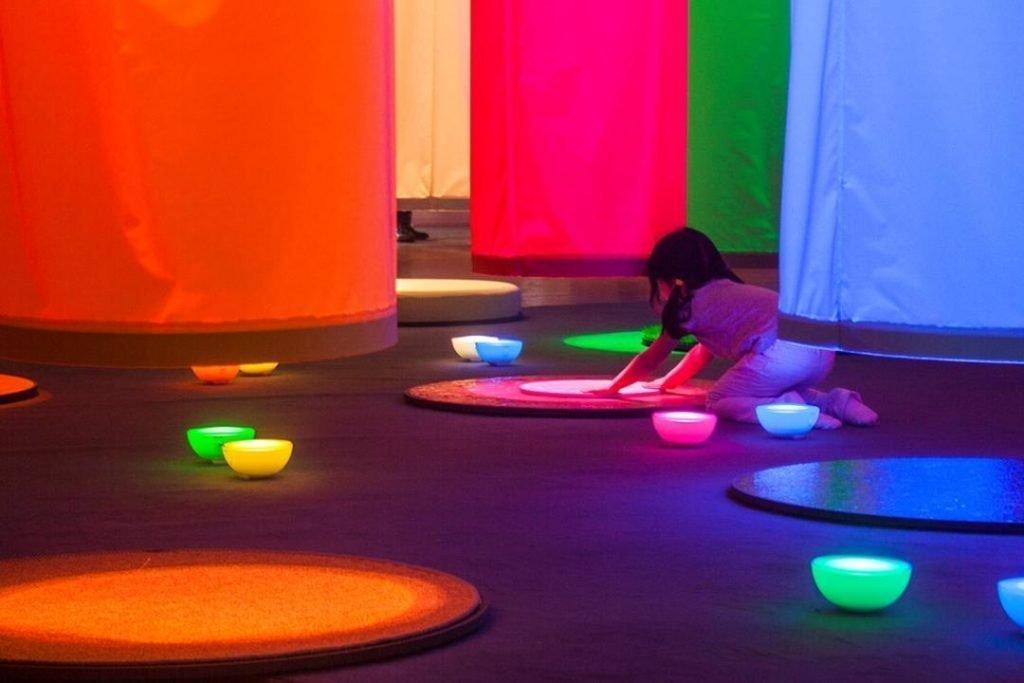 Giocare con la luce alla scoperta del colore